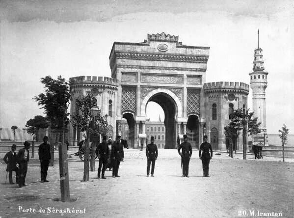 İstanbul Üniversitesi Kapısı Eski Resimler 1